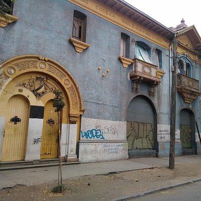 Santiago de Chile, Barrio Huemul. Contrucción de CODECA (aún no se su significado).