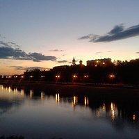 Городской пляж в ночное время. Вид с пешеходного моста через Урал