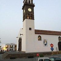 Kirche mit beleuchteter Uhr