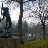 Emil Wikström's sculpture (Tukinuittaja/ The timber rafter) at Riverside park