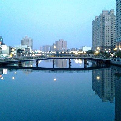 地點:台南安平運河。時間:傍晚時刻。站在安平的安億橋上往東邊方向拍