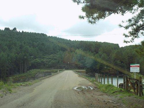 O acesso é por estrada de chão, mas é uma estrada bem conservada, o caminho é cheio de belas pai