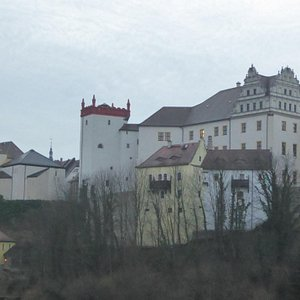 Башня выделяется на фоне всех других сооружений города