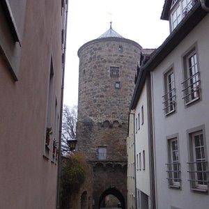 Башня замыкает вход на городскую улицу