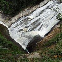 Cachoeira linda, vigorosa, impressionante.