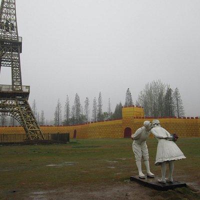 entrée du parc: la tour Eiffel et à ses pieds la grande muraille...
