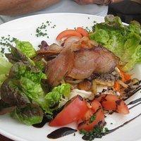 Blattsalat mit knusprigen Speckscheiben