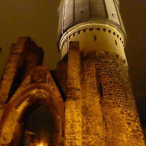 Не менее колоритно башня выглядит ночью