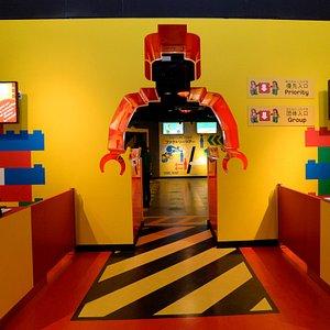 トレードマークミニフィグのゲートをくぐればそこはもうレゴブロックの世界!