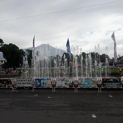 Air mancur Alun-alun Purwokerto tampak gedung Si Panji Kabupaten Banyumas dan Gunung Slamet dila