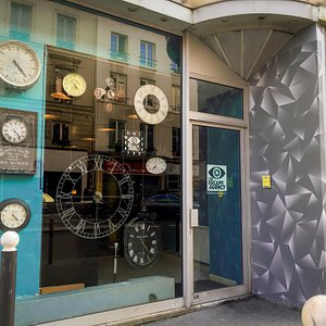 L'Agence se cache derrière une fausse horlogerie...