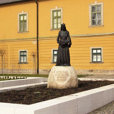 Árpádházi Szent Erzsébet szobra a Palota udvarán