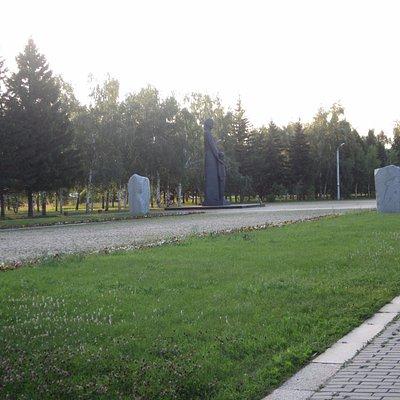 Аллея памяти и памятник Сибирячке