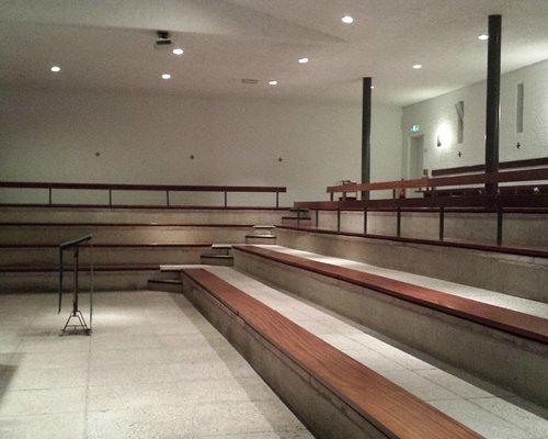 Interieur van de half-ondergrondse kerk