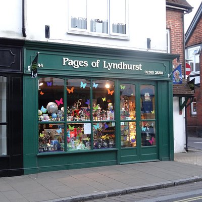 Front of 'Pages of Lyndhurst' shop
