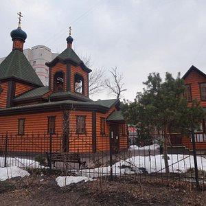 Слева - храм, справа - церковная лавка