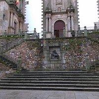 Escaleras de la Plaza con San Jorge y el Dragón presidiendo la misma