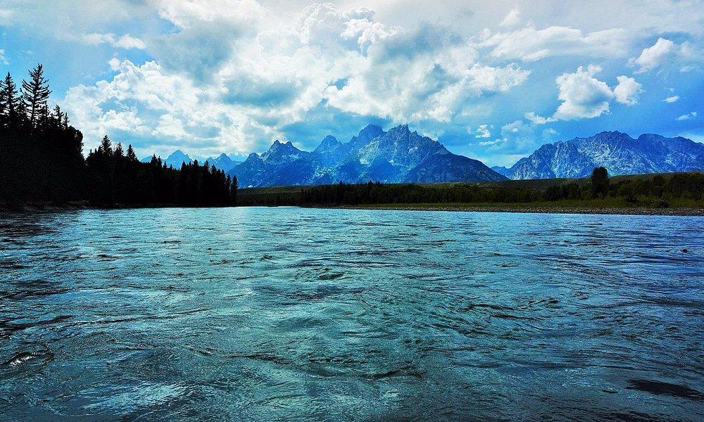 蒼い山とアッシュブルーの川