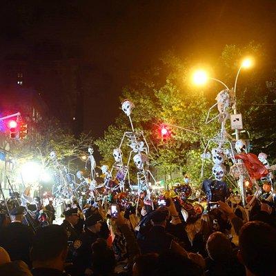 ближе к началу парада