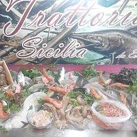 esposizione di pesce dove i clienti posso no scegliere del pesce freschissimo e farselo cucinare