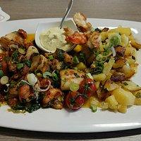 gegrillte Garnelen und Tintenfisch mit Bratkartoffeln