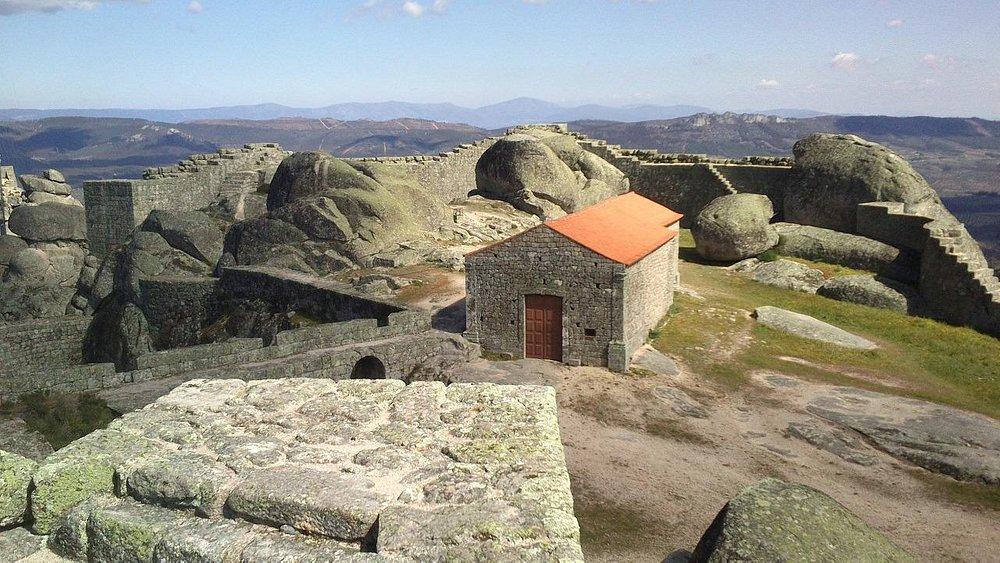 På toppen ser en langt inn i Spania.