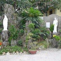 Скульптуры во дворике церкви