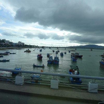 Лодки рядом с мостом