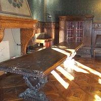 Sala da pranzo, falso tavolo medievale