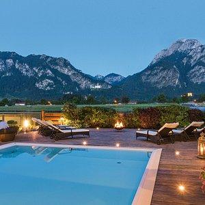 Pool mit Blick auf Schloss Neuschwanstein