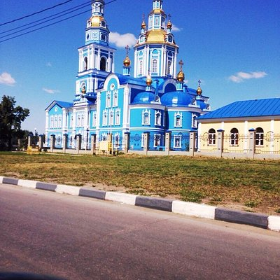 Очень красивый храм. В летний день на фоне голубого неба,он кажется необыкновенно красочным и жи