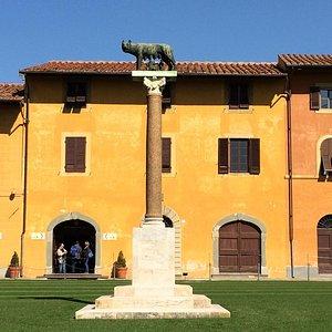 Lupa capitolina, a unos metros de la torre de Pisa.