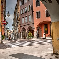 Sotto i portici della piazza, verso la statua di Michelstaedter