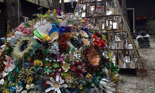 Замечательная , познавательная , эко-выставка! Все работы сделаны из бытового мусора: пластиковы