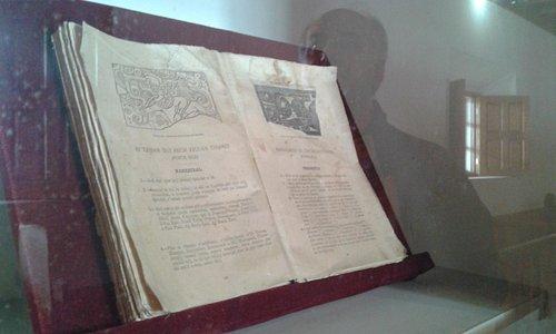 Popol Vuj, la página izquierda en K'iché, la derecha en castellano