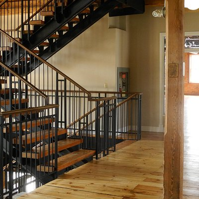 Open staircase (also has elevator)