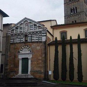 Facciata della chiesa antica e torre campanaria
