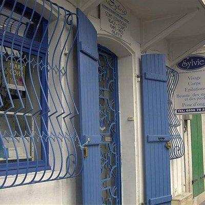 L'entrée de l'institut rue Bouillé (face au vétérinaire)