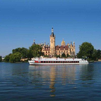 MS LÜBZ vor dem Schweriner Schloss