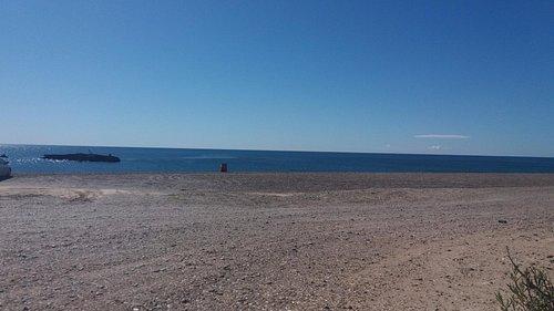 vista de la playa y el barco
