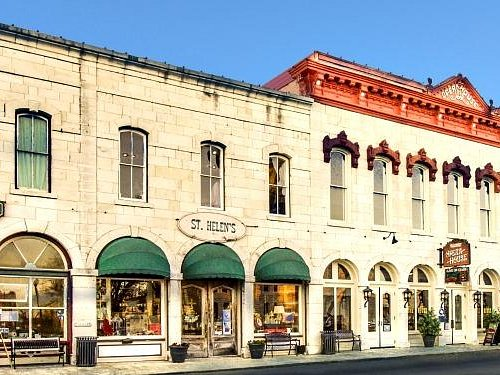 Shopping, dining and live entertainment on Granbury Square