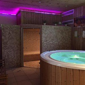 Espace détente avec hamam, sauna et jacuzzi