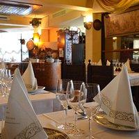 tables de restaurant discrètement agencées
