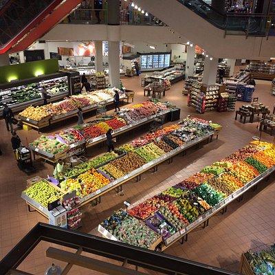 No térreo, moderno supermercado