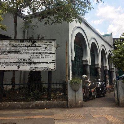 Muka depan Masjid Kebon Jeruk Jakarta