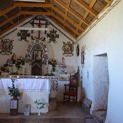 Interior de la Iglesia. Hermosa decoracion con pintura directa en la pared.