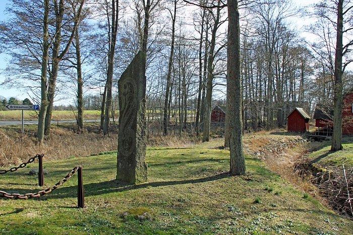 Fredsstenen mitt på holmen i Brömsebäcken.