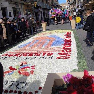 Tappeto realizzato con petali di garofani