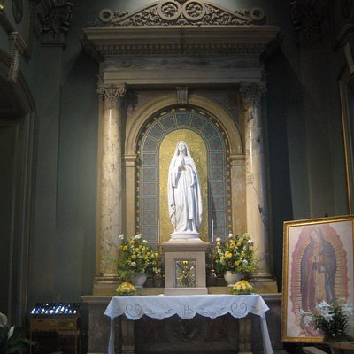 right side altar, mary