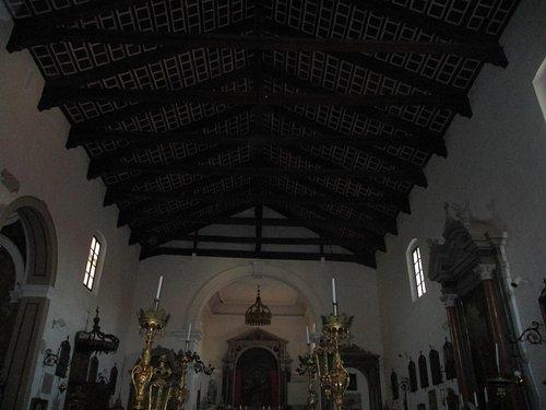 内部の天井が木造です